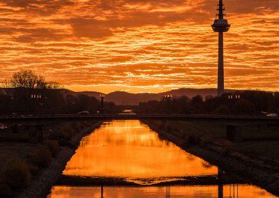 Sonnenaufgang mit Fernmeldeturm (3), Neckarsteg Mannheim